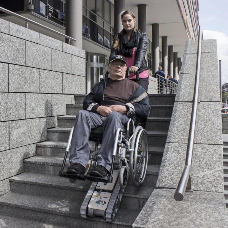 עלייה במדרגות עם כיסא גלגלים